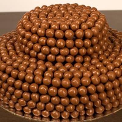 صورة طريقة تزيين كيكة الشوكولاته , كيف اعمل زينة تورته الشيكولا