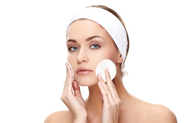 صورة تنظيف البشرة الدهنية , وصفه طبيعيه فعاله لتنظيف البشره الدهنيه